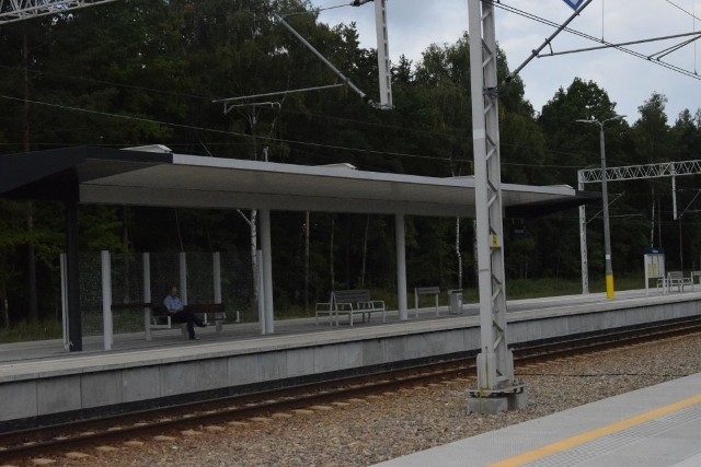 W Dobieszynie w gminie Stromiec pasażerowie korzystają z nowych peronów, ich budowa to jeden z elementów przebudowy kolejowej trasy numer 8 z Radomia do Warszawy.