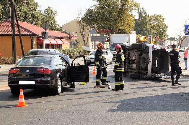 Do groźnej kolizji doszło dziś, 20 września, po godz. 13 na skrzyżowaniu ulic Andrzej i Świętego Ducha w Inowrocławiu. Uczestniczyły w niej dwa auta. W wyniku zderzenia jedno z nich przewróciło się na bok. Na miejsce przybyła policja, straż pożarna, karetka pogotowia. Były utrudnienia w ruchu.