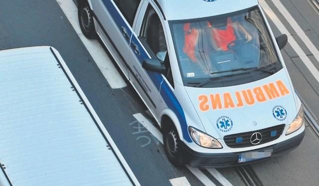 Karetka pogotowia zabrała ranną kobietę do szpitala