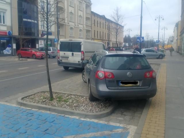 Oznakowanie miejsc parkingowych, choć wydaje się prawidłowe i dobrze widoczne, sprawia kierowcom spore trudności. Takie wrażenie można odnieść, gdy widzi się dziesiątki aut parkujących na ul. Gdańskiej, których kierowcy kompletnie ignorują obowiązujące znaki. Nasi Czytelnicy przesłali nam zdjęcia pokazujące parkingowy chaos na głównej ulicy miasta.