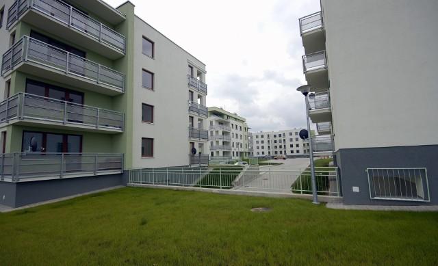 Wynajmowane mieszkania Wynajmując mieszkanie warto się ubezpieczyć. Dzięki temu nie zrujnują nas ewentualne roszczenia ze strony właściciela i sąsiadów, jeśli nieumyślnie spowodujemy szkodę.
