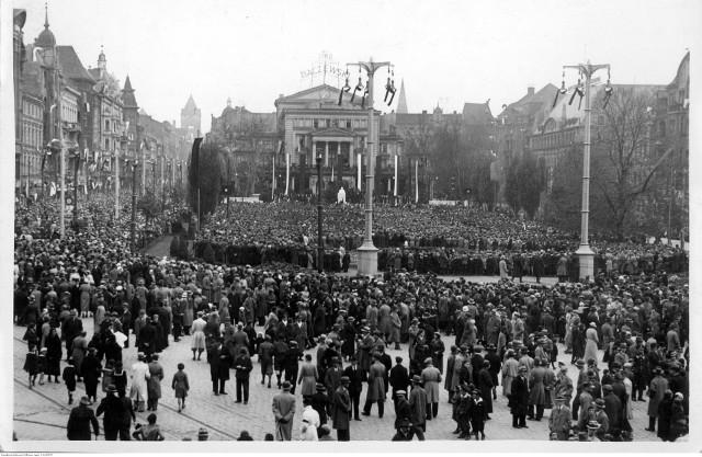 Jesteście ciekawi, jak żyło się w Poznaniu przed wojną? Zajrzeliśmy do Narodowego Archiwum Cyfrowego i wybraliśmy kilkadziesiąt wyjątkowych zdjęć. Zobaczycie na nich obrazki z codziennego życia mieszkańców oraz niezwykłe wydarzenia z historii Poznania. Jedno jest pewne: takiego miasta już nie ma!Na zdjęciu uroczystości żałobne ku czci marszałka Józefa Piłsudskiego w Poznaniu. Manifestacja młodzieży szkolnej na placu Wolności - 1935 rok.Przejdź do kolejnego zdjęcia --->