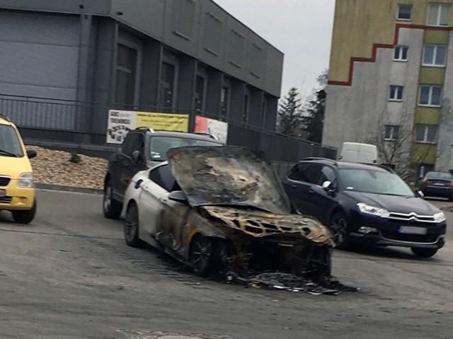W płomieniach stanął luksusowy samochód zaparkowany przed marketem na ul. Braniborskiej