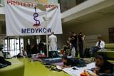 Warszawa: Protest głodowy lekarzy rezydentów. Radziwiłł: Postulaty nie do zrealizowania [ZDJĘCIA]