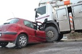 Wypadek w Żelichowie. Samochód wjechał pod podnośnik. Kierująca w ciężkim stanie [ZDJĘCIA,WIDEO]