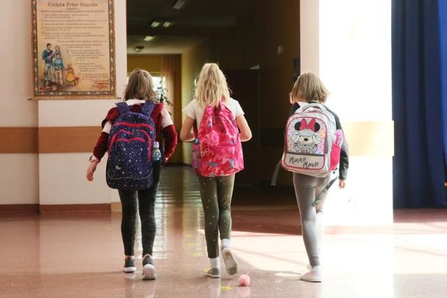 Jako pierwsze do stacjonarnej nauki wróciły dzieci z klas I-III. Od poniedziałku 17 maja 2021 dołączą do nich koledzy ze starszych klas. W ławkach zasiądzie też młodzież ze szkół ponadpodstawowych