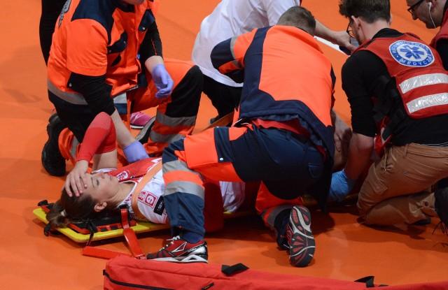 Dramatyczny moment w trzecim secie - Lucie Muhlsteinova doznała kontuzji kolana