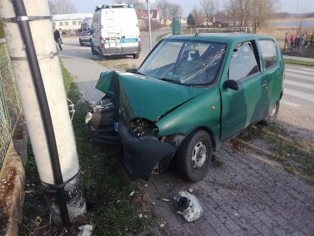 Regielnica - Ełk. Pijany 25-latek wjechał w latarnię. Miał w organizmie 2,5 promila.