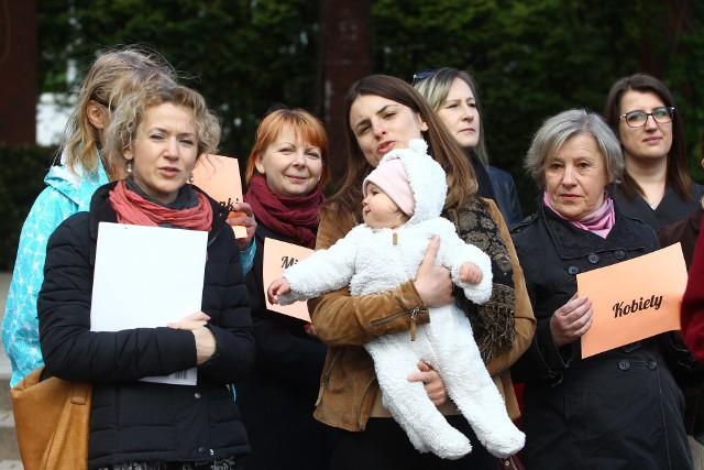 Kobiety popierające Grzegorza Brauna.