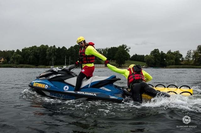 Ratownicy WOPR doskonalą umiejętności nieustannie, by jak najszybciej wyciągnąć tonącego z wody