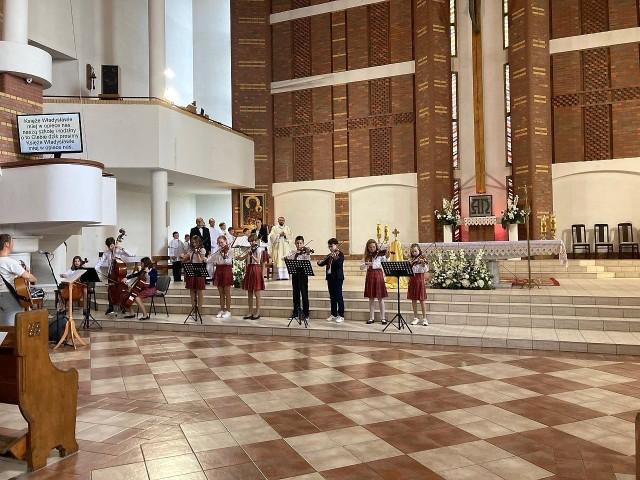 Inauguracja roku szkolnego 2021/2022 w Katolickiej Szkole Podstawowej w Inowrocławiu miała miejsce w kościele pw. św. Królowej Jadwigi