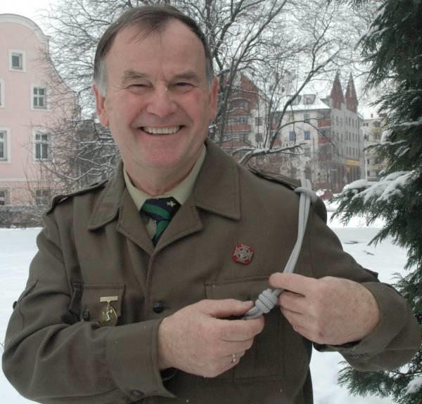 Tadeusz Wilk ma już swoje lata, ale dalej jest dumny ze swojego zielonego mundurka.