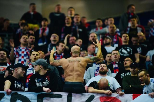 Kibice Górnika Zabrze dopingują swój klub na meczu z Legią Warszawa