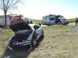 Wypadek pod Kielcami. Między Chmielnikiem a Pierzchnicą dachował samochód. Kobietę zabrał śmigłowiec [ZDJĘCIA]