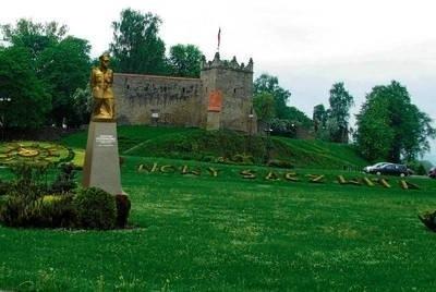 Tak w przybliżeniu miałby się prezentować pomnik Józefa Piłsudskiego w Nowym Sączu Fotomontaż MAKI