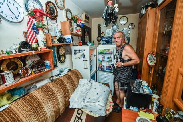 Pan Zbigniew przed laty był eksmitowany. Teraz mieszka w mieszkaniu socjalnym. Lokum ma 10 m kw., nie ma za to wewnątrz kuchni i wc