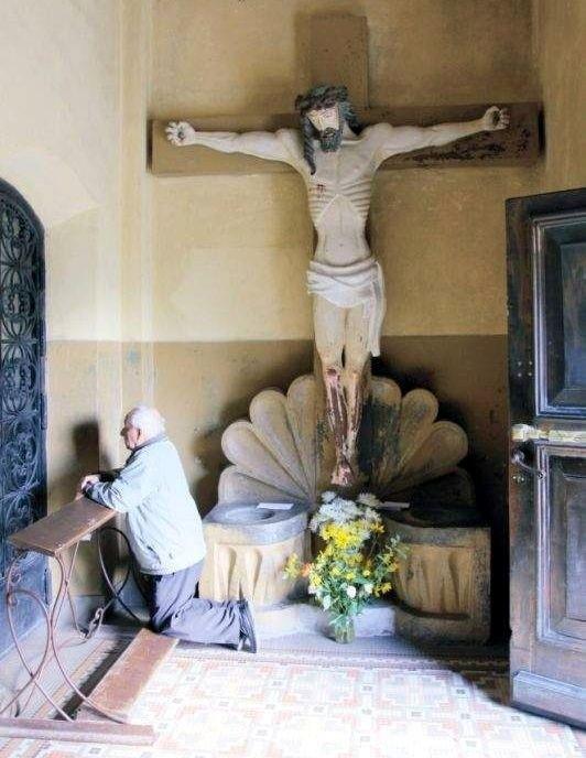 Kajfasz wykazał się sprytem i postanowił podejść Jezusa. Spytał go, czy jest przepowiadanym przez proroków Mesjaszem. Gdy ten potwierdził, że jest tak w rzeczywistości, oburzyło to członków trybunału - mówi ks. prof. Florian Lempa