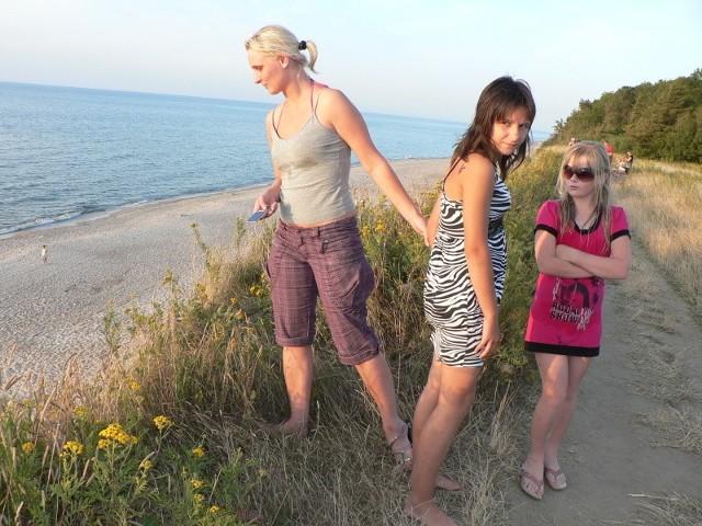 – Chcieliśmy zrobić sobie zdjęcie na tle morza. Właśnie sprawdzałam, czy jest tu bezpiecznie. Widzę jednak, że zrezygnujemy z tej pamiątki. Nie dam dzieciom podejść bliżej – mówi Katarzyna Nowak – Subocz.