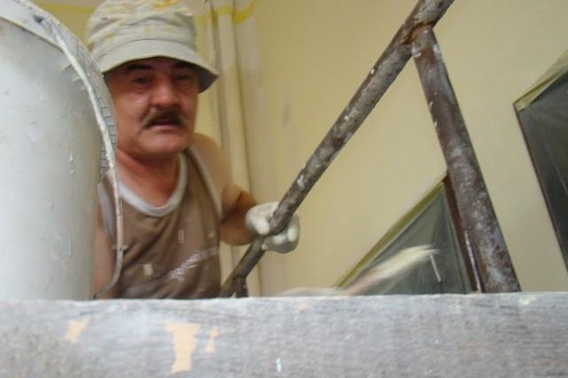 Andrzeja Sosnowskiego zastaliśmy przy malowaniu korytarza