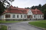 Wyjątkowy spacer po zabytkowym Szpitalu im. dr. Babińskiego w Kobierzynie. Unikalna okazja do zwiedzenia zakamarków szpitalnego ogrodu