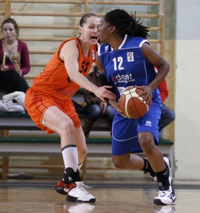 Dziewczyny z CCC strasznie się wczoraj męczyły, ale ostatecznie wygrały z Nyonem Basket. Na zdjęciu Daria Mieloszyńska walczy z Teriną Daniels.
