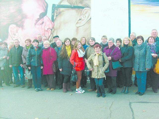 Uczestnicy podróży sfotografowali się na tle najsłynniejszego graffiti na Murze Berlińskim - pocałunku Breżniewa z Honeckerem.
