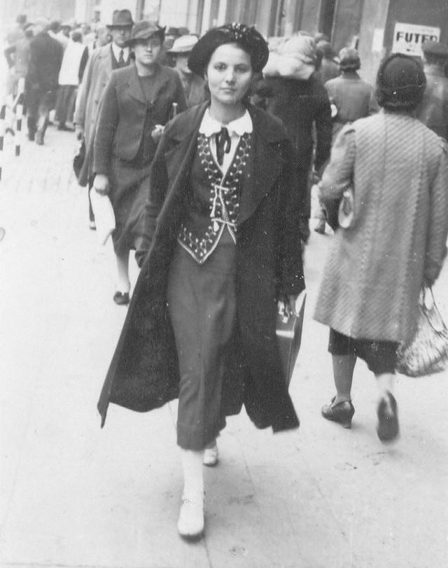 Zdjęcie zostało wykonane jesienią 1937 roku na jednej z ulic Katowic. Mama w latach 30. XX w., aż do wybuchu wojny, pracowała na nowej katowickiej poczcie: w centrali telefonicznej łączyła rozmowy w językach niemieckim i francuskim. Podobno (według jej wspomnień) była to wówczas najnowocześniejsza poczta w Polsce