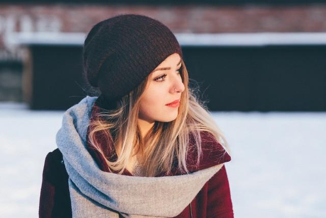 Zimowa stylizacja powinna być komfortowa i funkcjonalna. Zimą pogoda bywa szczególnie zdradliwa, dlatego zamiast gustownej materiałowej apaszki, wybierz gruby, ciepły szalik w pięknym kolorze, który podkreśli twój kolor oczu.