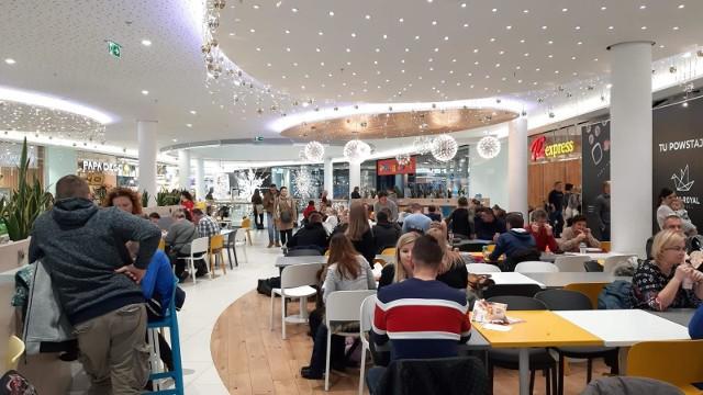 W radykalnych scenariuszach, których również nie brakuje, przestrzeń zajmowana dotąd w galeriach handlowych przez sklepy i restauracje całkowicie zmieni swoje przeznaczenie. Powstaną w niej biura, mieszkania lub... magazyny.