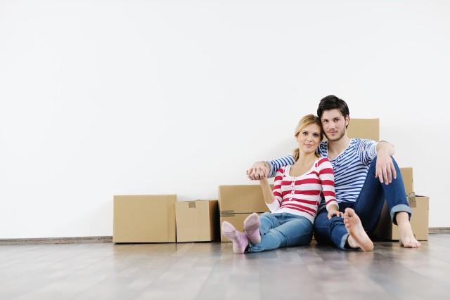 """Mieszkanie """"pod klucz""""Mieszkanie """"pod klucz"""" to lokal gruntownie wykończony, gotowy do odbioru i umożliwiający natychmiastowe zamieszkanie. Gotowe kuchnie i sprzęt AGD charakteryzują mieszkania deweloperskie """"pod klucz"""", które są w najwyższym standardzie wykończenia. Warto bowiem wiedzieć, że często deweloperzy dzielą mieszkania """"pod klucz"""" na wersje cenowe: podstawową, rozszerzoną i premium."""