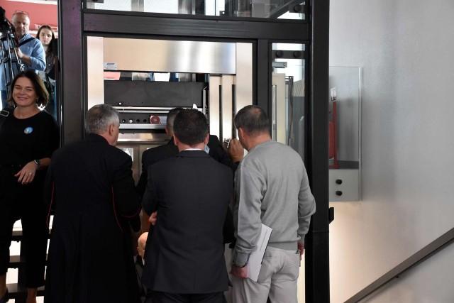 Senator Libicki utknął w nowej windzie podczas otwarcia Zintegrowanego Centrum Komunikacyjnego w Wolsztynie