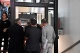 Wpadka na otwarciu Zintegrowanego Centrum Komunikacyjnego w Wolsztynie. Senator Libicki utknął w nowej windzie
