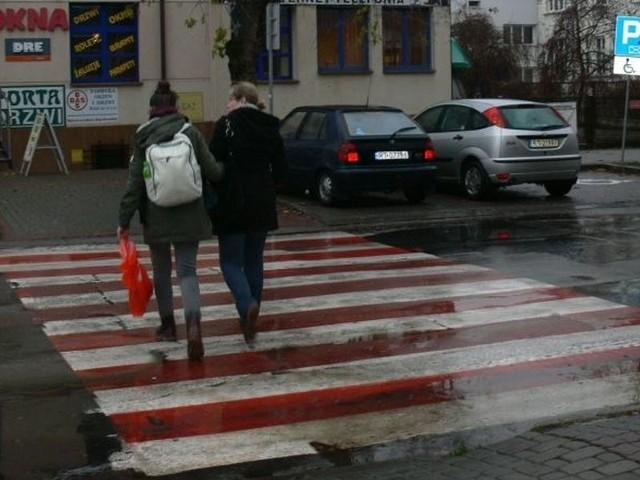 Biało – czerwone pasy pomalowano na 50 przejściach w Tarnobrzegu, na których najczęściej dochodziło do wypadków z udziałem pieszych. Na zdjęciu pasy na ulicy Sokolej.