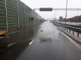 Ul. Kleeberga zalana przez wodę po silnych opadach deszczu [ZDJĘCIA]