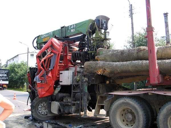 """Zderzenie tirówDo bardzo groLnego wypadku doszlo w piątek na ul. Lipinskiego w Sanoku. Czolowo zderzyly sie dwa """"tiry"""" wiozące drewno."""
