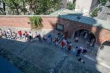 Na Wawel znów ustawiają się długie kolejki turystów chętnych do wejścia
