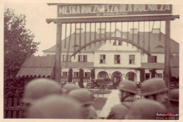 Jak wyglądał Zwoleń oraz w latach II wojny światowej? Prezentujemy zdjęcia najbardziej znanych miejsc jak również tych nieco już zapomnianych. Zobaczcie, jak prezentowały się różne zakątki ziemi zwoleńskiej na starych fotografiach.