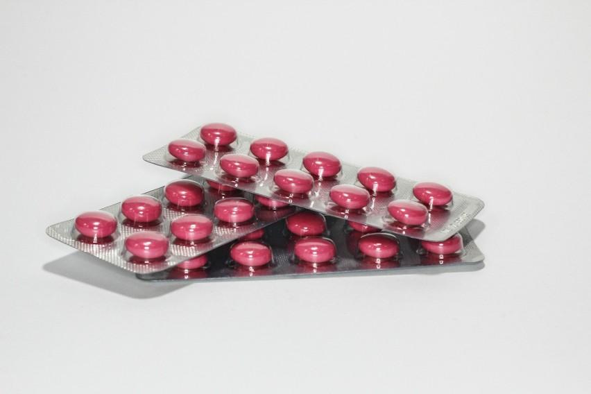 Główny Inspektor Farmaceutyczny tylko w ostatnim czasie wycofał ze sprzedaży w aptekach w całej Polsce kilkanaście różnych leków. Na liście preparatów, które powinny zniknąć z półek, znalazły się między innymi niektóre serie popularnych medykamentów stosowanych na problemy żołądkowe. Zobacz w naszej galerii, jakie preparaty wycofał w ostatnim czasie GIF i sprawdź, czy nie masz usuniętych z aptek leków w domu. Pacjenci przyjmujący wycofane leki powinni porównać serie opakowań z domowej apteczki z tymi wycofanymi z obrotu. Jeśli numery się pokrywają, wycofany lek należy zwrócić do apteki. Przesuwaj zdjęcia w prawo - naciśnij strzałkę lub przycisk NASTĘPNE