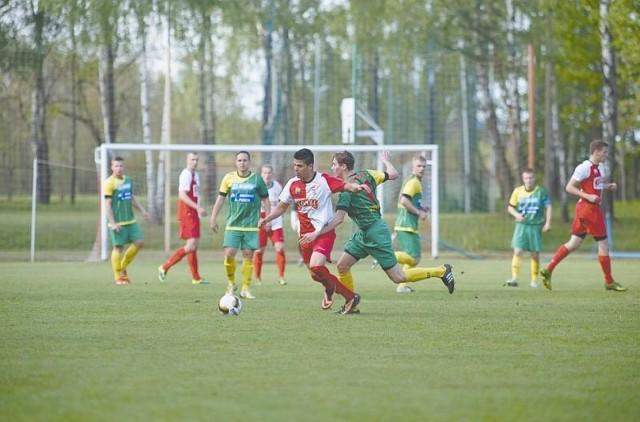Dwóch półfinalistów Pucharu Polski w miniony weekend rywalizowało o ligowe punkty w III lidze. W meczu rozegranym w Mońkach, ŁKS 1926 Łomża (biało-czerwone stroje) pokonał miejscowy Promień 1:0.
