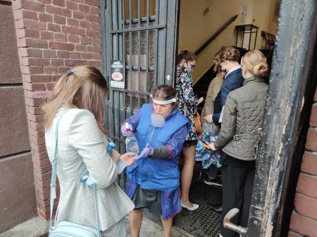 W II LO w Bydgoszczy tak o poranku wyglądało wejście maturzystów na teren szkoły.