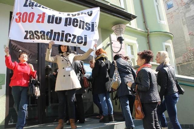Wczoraj pielęgniarki pikietowały pod budynkiem starostwa w Brzegu, gdzie toczyły się ostatnie i - jak się później okazało - owocne rozmowy.