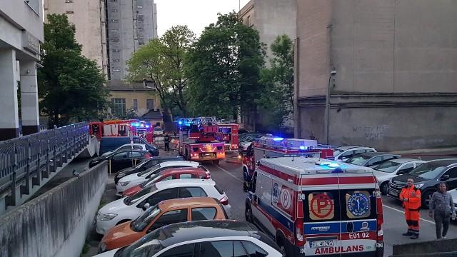 Pożar na Piotrkowskiej w Łodzi. Ogień wybuchł na 9. piętrze wieżowca na łódzkim Manhattanie. Cudem nikt nie zginął