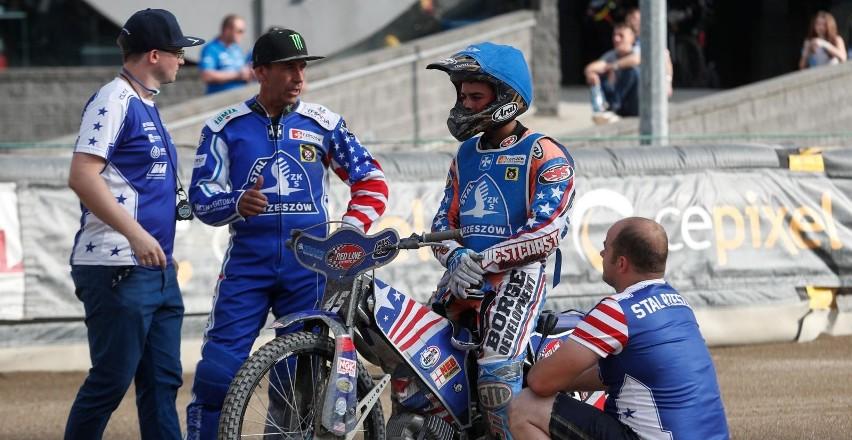 Becker (na zdj. na motocyklu) coraz lepiej radzi sobie w lidze szwedzkiej
