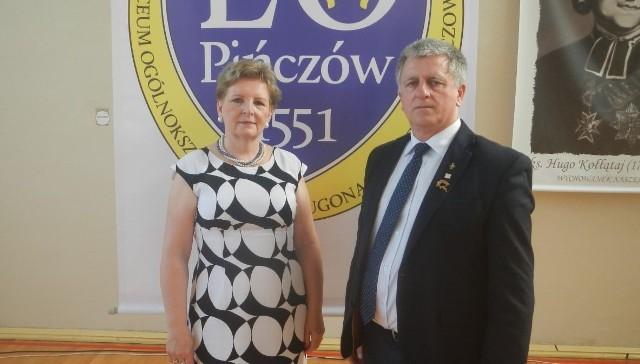 """Krzysztof Marszalik z Pińczowa otrzymał brązową odznakę """"Za zasługi dla sportu"""". Wręczyła je prezes Alicja Stradomska."""