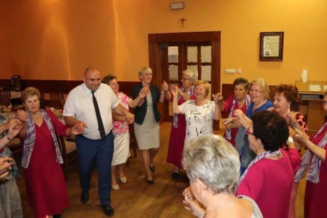 Podczas urodzinowej imprezy były również tańce, do których zaproszono wójta  gminy Krzysztofa Czarneckiego