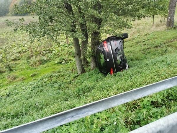 Na drogach w naszym regionie panują trudne warunki do jazdy. Na drodze krajowej nr 11 w pobliżu miejscowości Grzybnica doszło do dachowania samochodu osobowego. Na szczęście nikomu nic poważnego się nie stało.AktualizacjaZ informacji pochodzących od policji wynika, że kierująca samochodem kobieta nie odniosła poważniejszych obrażeń. Jej samochód wylądował w rowie, zatrzymał się na drzewie. Policja apeluje o ostrożność na drodze. - Warunki są trudne, pada, nawierzchnia w wielu miejscach jest śliska, łatwo stracić panowanie nad pojazdem. Dlatego prosimy o rozsądek i zdjęcie nogi z gazu - mówi Beata Gałka, rzeczniczka koszalińskiej komendy policji.(MAS)Zobacz także Policjanci rozdawali odblaski mieszkańcom Koszalina