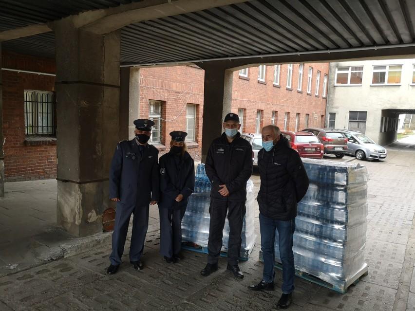 Ponad 2000 butelek z wodą pojechało z aresztu w Słupsku do szpitala w Miastku. Brawo!