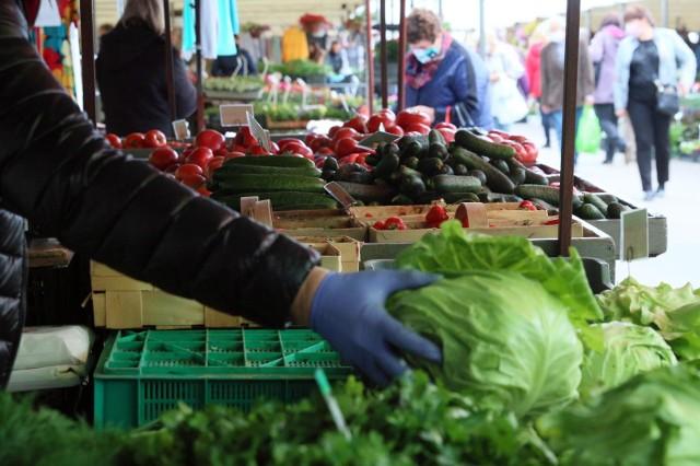 Obecnie ceny w rolnictwie utrzymują się na względnym poziomie. Mogą one wzrosnąć w sklepach, marketach i na bazarach. Pośrednicy stale narzucają coraz większe marże, do rolnika trafia ledwie 15 proc. wartości towaru. Dlatego później odbiorcy płacą za poszczególne produkty naprawdę bardzo dużo.