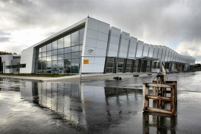Gdyńscy samorządowcy zarzekają się przy tym, że nie będą inwestować kolejnych środków ani też dokładać do funkcjonowania lotniska na granicy z Kosakowem. Nie dowierzają w realność takiego scenariusza ani eksperci, ani opozycja w Gdyni.