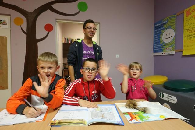 Kamil Rutkowski już drugi semestr jest wolontariuszem i odrabia lekcje z dziećmi. Od lewej: Mateusz, Jaś i Martyna